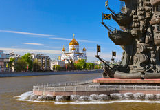 Monumento a Peter le grande e la cattedrale di Cristo il salvatore - Fotografia Stock Libera da Diritti