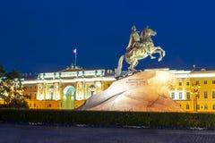 Monumento a Peter o grande e o Tribunal Constitucional no quadrado na noite, St Petersburg do Senado, Rússia foto de stock royalty free