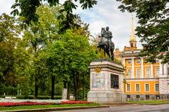 Monumento Peter o primeiro perto do castelo de Mikhailovsky no amanhecer foto de stock