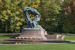 Monumento polonês de Frederic Chopin do pianista no parque de Lazienki, Varsóvia Fotos de Stock Royalty Free