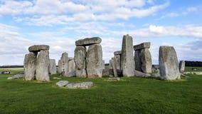 Monumento pré-histórico de Stonehenge, céu azul e nuvens - Wiltshire, Salisbúria, Inglaterra foto de stock