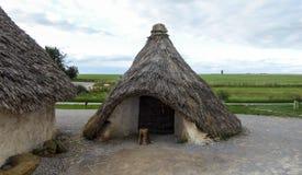 Monumento pré-histórico de Stonehenge, exposição Neolítico das casas de Stonehenge, tarde ensolarada - Salisbúria, Inglaterra fotografia de stock