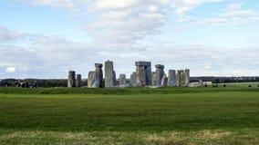 Monumento pré-histórico de Stonehenge, grama verde, céu azul e nuvens, vista panorâmica - Wiltshire, Salisbúria, Inglaterra fotografia de stock