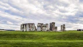 Monumento preistorico di Stonehenge, erba verde, nuvole, vista panoramica - Wiltshire, Salisbury, Inghilterra immagine stock
