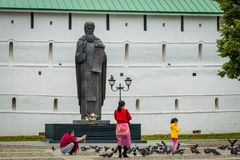 Monumento Prepodobnomu Sergiyu Radonezhskomu vicino alla Trinità-st santa Sergius Lavra in Sergiyev Posad, Russia fotografia stock