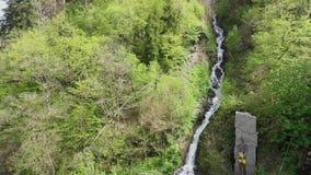 Monumento a PROMETHEUS vicino alla caduta dell'acqua nella città di Borjomi del parco nazionale stock footage