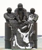 Monumento dos pescadores no porto Dôvar fotos de stock