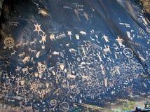 Pertoglyphs (carvings da rocha) na rocha do jornal em Utá imagem de stock royalty free