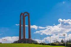 Monumento que se sienta en una colina en un parque en Bucarest, Rumania Fotografía de archivo