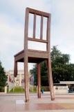 Monumento quebrado de la silla cerca del palacio de Naciones Unidas en Ginebra Foto de archivo