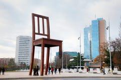 Monumento quebrado de la silla cerca del palacio de Naciones Unidas en Ginebra Fotografía de archivo