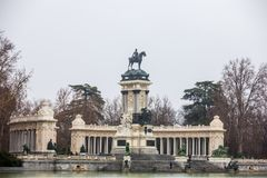 Monumento a re Alfonso XII un giorno di inverno piovoso Immagini Stock