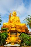 Monumento religioso, oro asentado Buda Imágenes de archivo libres de regalías