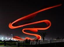 Monumento rojo en la ciudad de Santos, el Brasil Fotos de archivo