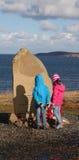 Monumento ruso del convoy con dos niños que leen la inscripción Imagen de archivo