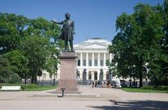 Monumento a A S Pushkin en los artes ajusta antes del edificio del museo del ruso del estado St Petersburg Foto de archivo