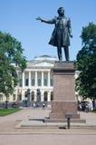Monumento a A S Pushkin en los artes ajusta antes del edificio del museo del ruso del estado St Petersburg Imagen de archivo