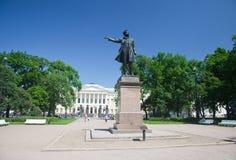 Monumento a A S Pushkin en los artes ajusta antes del edificio del museo del ruso del estado St Petersburg Fotos de archivo