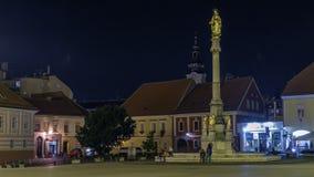 Monumento santo de Maria delante del timelapse de la noche de la catedral en Zagreb, Croacia metrajes