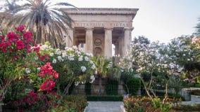 Monumento a Sir Alexander Ball nel parco Barrakka più basso GardenMonument a Sir Alexander Ball nei giardini più bassi di Barrakk Immagine Stock