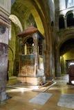 Monumento sobre el sepulcro de Sidonia del santo y el pilar vivificante Dentro de la catedral de Svetitskhoveli en Mtskheta, Geor Imagen de archivo