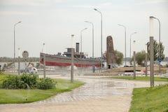 Monumento sotto forma di incrociatore sull'argine della città fotografia stock libera da diritti