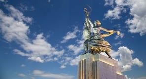 Monumento soviético Rabochiy i Kolkhoznitsa (trabajador y mujer o trabajador koljosiano y granjero colectivo) del escultor Vera M Fotografía de archivo