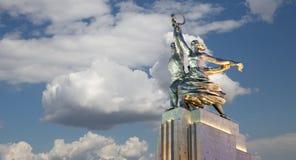 Monumento soviético Rabochiy i Kolkhoznitsa (trabajador y mujer o trabajador koljosiano y granjero colectivo) del escultor Vera M Foto de archivo