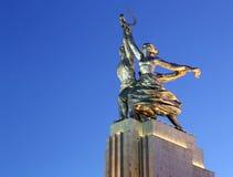 Monumento soviético Rabochiy i Kolkhoznitsa (trabajador y mujer o trabajador koljosiano y granjero colectivo) del escultor Vera M Imagen de archivo libre de regalías