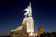 Monumento soviético Rabochiy i Kolkhoznitsa (trabajador y mujer o trabajador koljosiano y granjero colectivo) del escultor Vera M Fotos de archivo