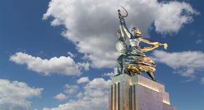 Monumento soviético Rabochiy i Kolkhoznitsa (trabajador y mujer o trabajador koljosiano y granjero colectivo) del escultor Vera M Imagenes de archivo