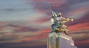 Monumento soviético Rabochiy mim Kolkhoznitsa (trabalhador e mulher ou trabalhador Kolkhoz e fazendeiro coletivo) do escultor Ver Fotos de Stock