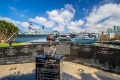 Monumento a Sprague al lado de USS intermediario en San Diego Imagenes de archivo