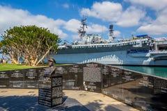 Monumento a Sprague al lado de USS intermediario en San Diego Fotos de archivo
