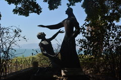 Monumento St Peter e Jesus na costa do mar de Galilee na igreja de St Peter em Israel imagens de stock