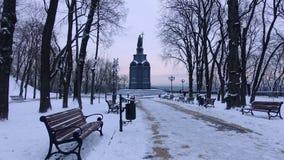 Monumento a St Vladimir em Kiev na noite do inverno fotos de stock royalty free