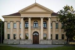 Monumento storico con il portico e la colonnato anteriori fotografia stock