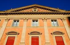 Monumento storico con le tende rosse nel centro urbano a Bologna in Emilia Romagna (Italia) Fotografia Stock