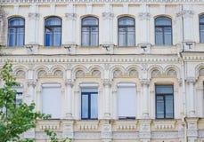 Monumento storico con Windows e le colonne fotografia stock libera da diritti