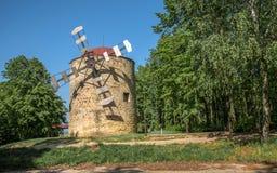 Monumento storico il mulino a vento sopra la città Holic, Slovacchia fotografia stock libera da diritti