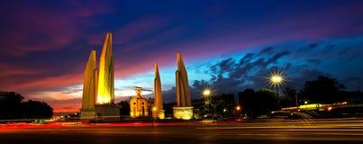 Monumento tailandese crepuscolare di democrazia, Bangkok Fotografia Stock Libera da Diritti