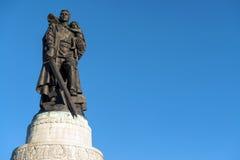 Monumento a um soldado soviético Fotos de Stock