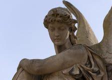 Monumento a un ángel en un cementerio Imagen de archivo libre de regalías