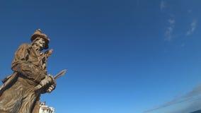 Monumento a un pirata con un loro en su hombro almacen de video