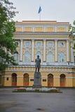 Monumento a Ushinsky en la universidad pedagógica del estado de A I Herzen en St Petersburg, Rusia Foto de archivo