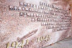 Monumento a Victory Day, el 9 de mayo Mosaico de la vieja linea de fotos en la pared del Kremlin Imágenes de archivo libres de regalías