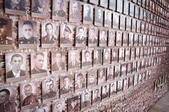 Monumento a Victory Day, el 9 de mayo Mosaico de la vieja linea de fotos en la pared del Kremlin Imagen de archivo
