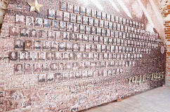 Monumento a Victory Day, el 9 de mayo Mosaico de la vieja linea de fotos en la pared del Kremlin Fotos de archivo