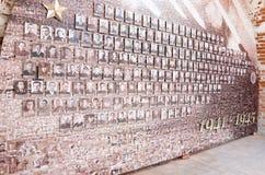 Monumento a Victory Day, o 9 de maio Mosaico da linha da frente velha das fotos na parede do Kremlin Fotos de Stock