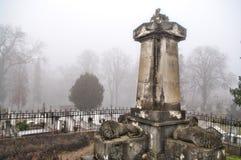 Monumento viejo fantasmagórico del cementerio Foto de archivo libre de regalías